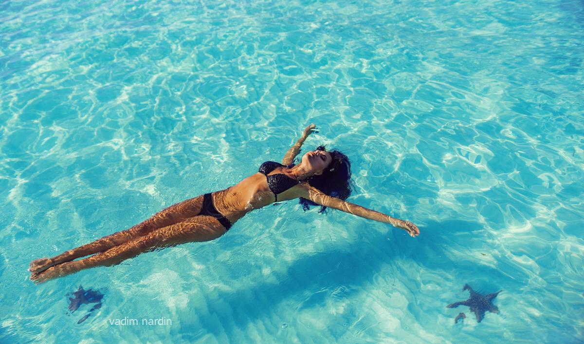 коли таки красивая девушка плавает в бассейне пацаны