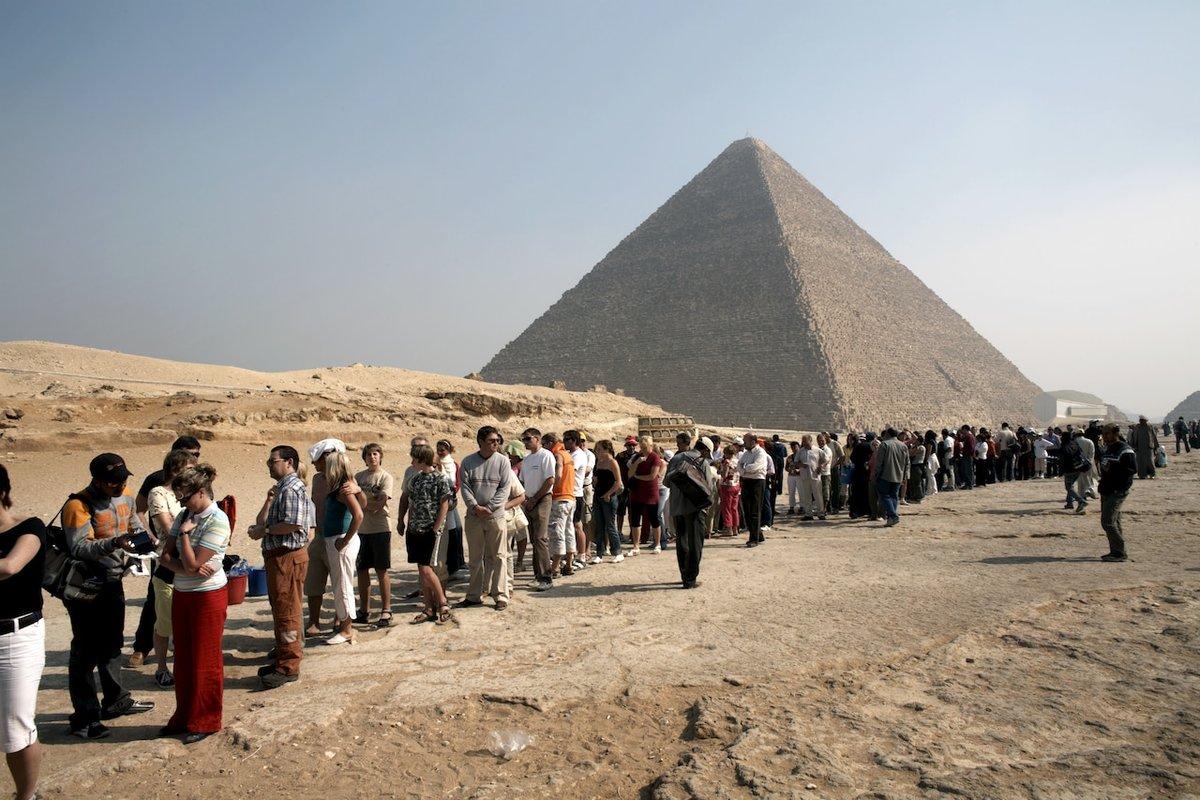 Обратите внимание, как малы люди, стоящие рядом с пирамидой, в сравнении с ее габаритами
