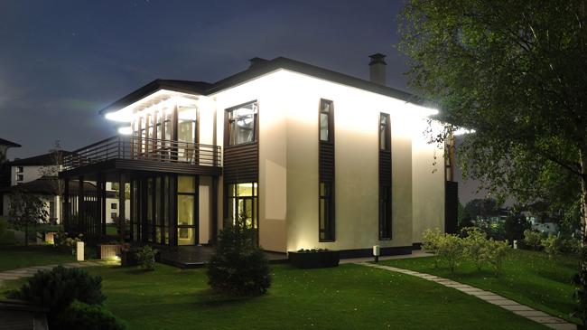 Заливающая подсветка дома в Кемерово прожекторами