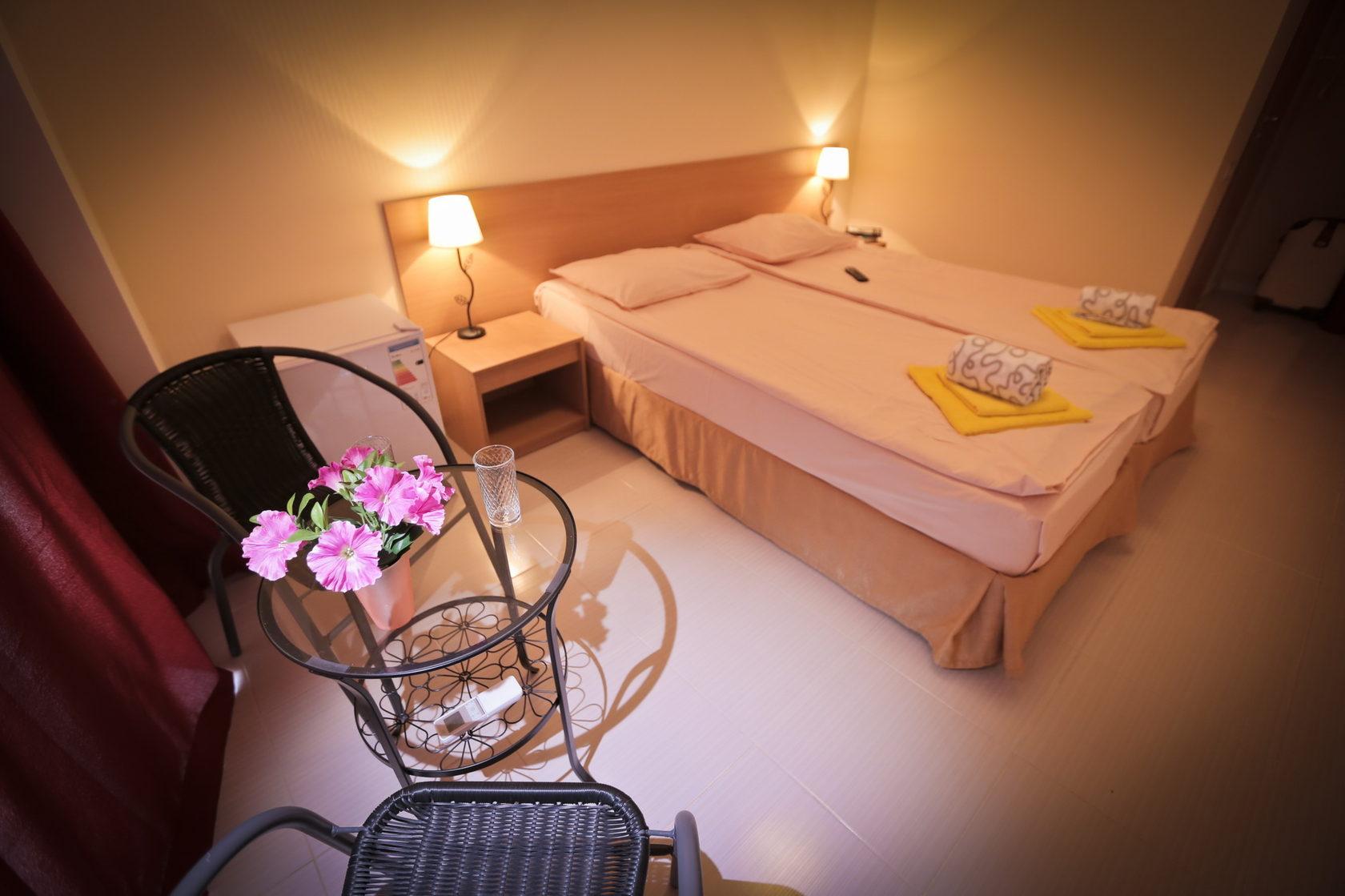 Мебель в двухместном номере Стандарт в отеле Марсель, Лермонтово