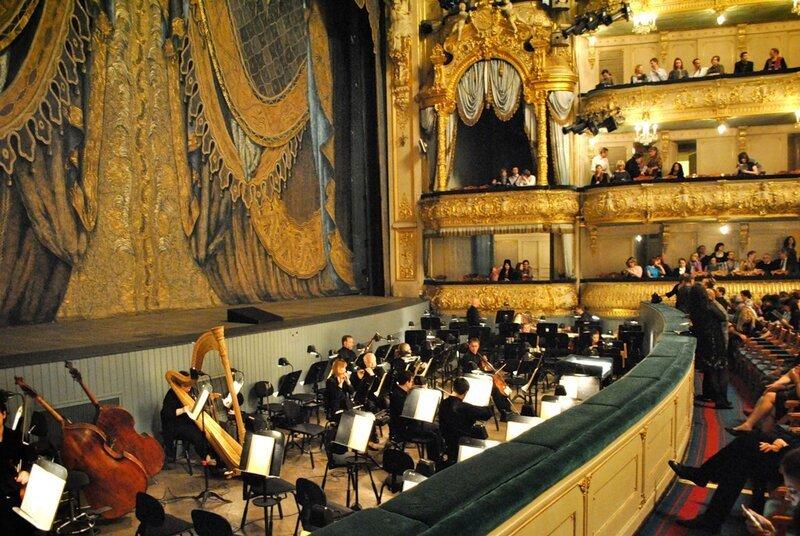 В театрах, где есть оркестровая яма, в разных частях зала слышно по-разному. Например, на исторической сцене Мариинского театра идеальная слышимость на 2-м и 3-м ярусах, отдалённых от сцены, а в ложах бенуара и партере случаются «звуковые ямы» из-за того что оркестр находится ближе, чем артисты.