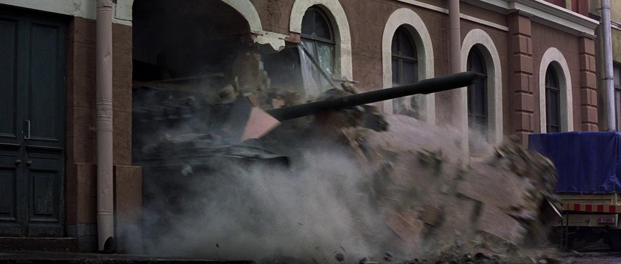 Бонд находит танк и уезжает на нём брать реванш.