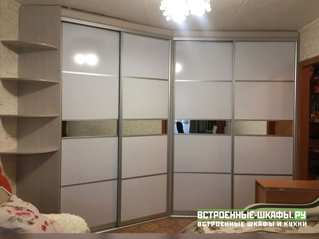 Угловой встроенный шкаф купе с планкой под натяжной потолок