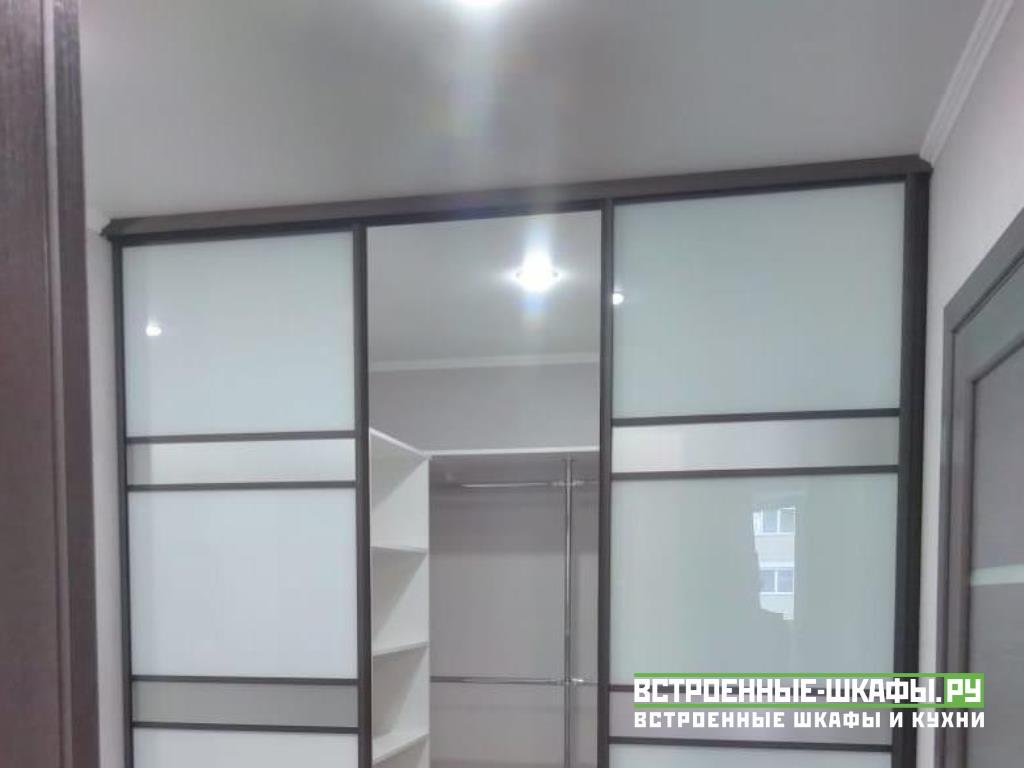 Встроенный гардеробный шкаф в прихожую с дверями купе
