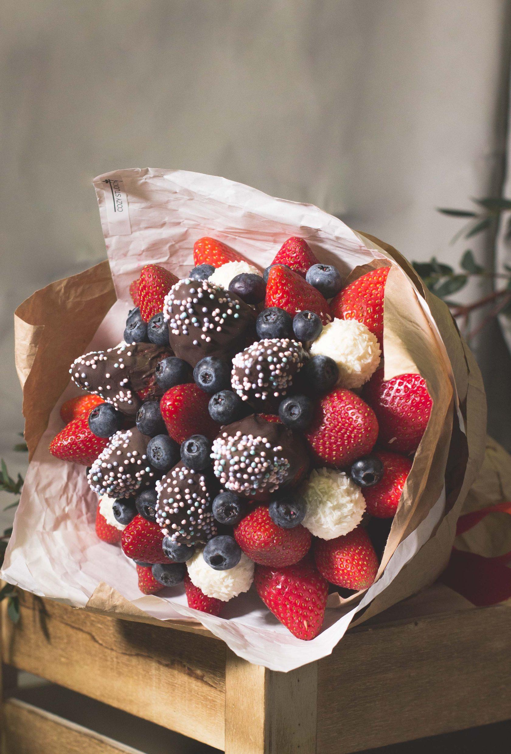 Букет из цветов и ягод купить, букет