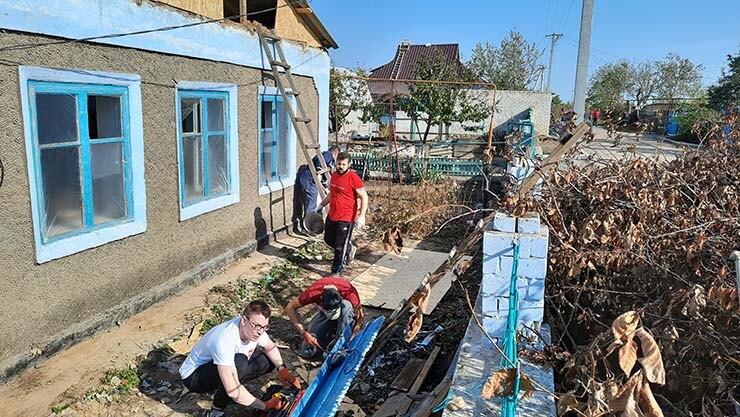 Шарийцы Херсона помогают пострадавшим от смерча - фото