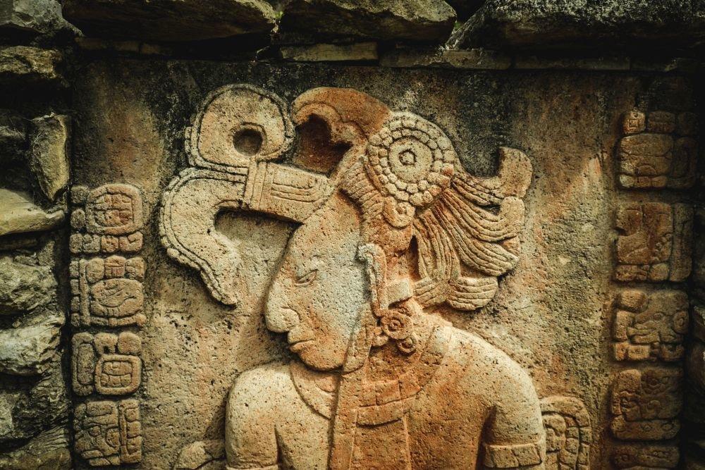 Найдена гробница древнего посла майя с аномальным черепом