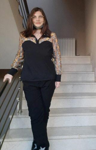 Черна блуза с якичка и дълги ръкави с бродерии.