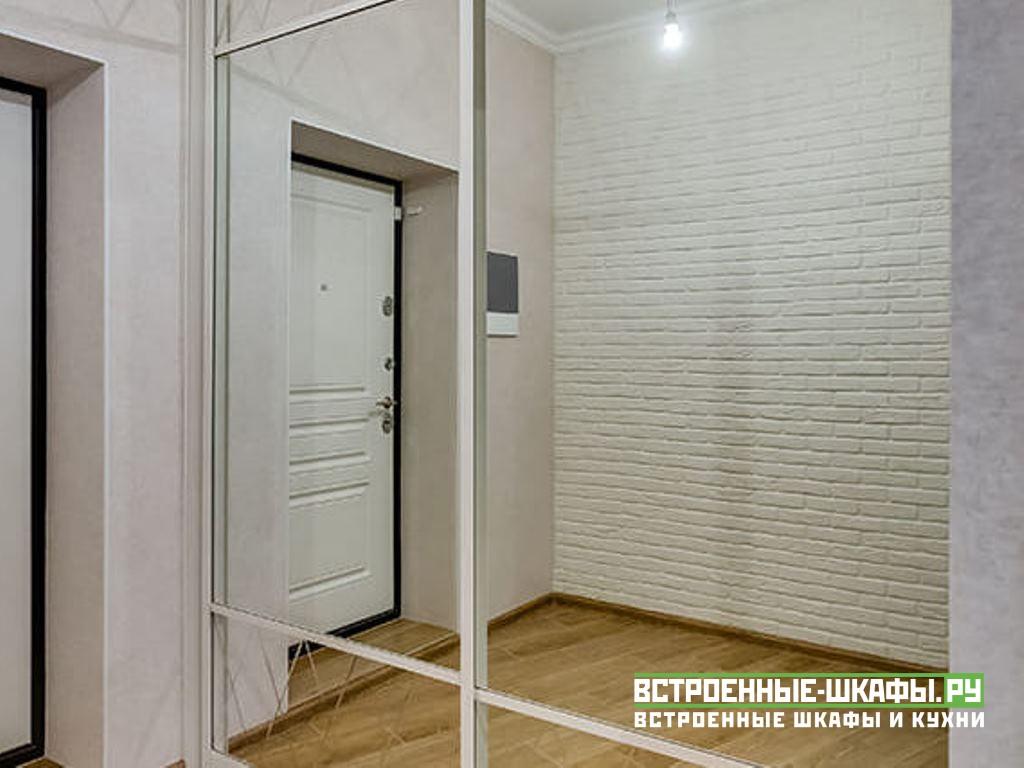 Встроенный шкаф купе в прихожей с широкими зеркалами