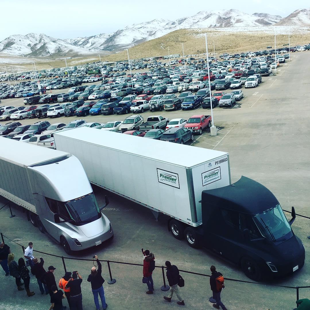 В первой поездке грузовик Tesla Semi доставил электробатареи из Невады в Калифорнию (Фото: Instagram/ elonmusk)
