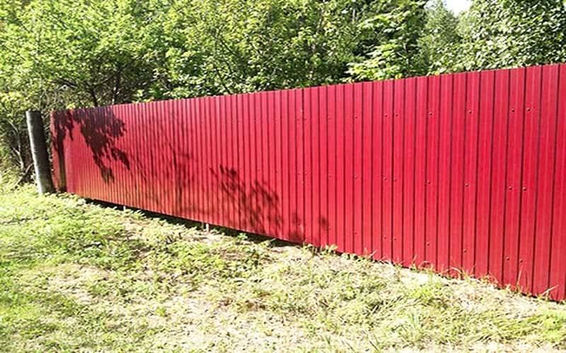 Забор из профнастила цвет красный
