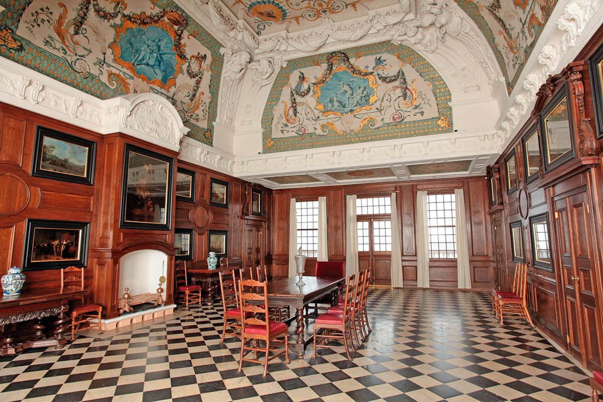 Главный интерьер Монплезира — единственный во дворце большой зал