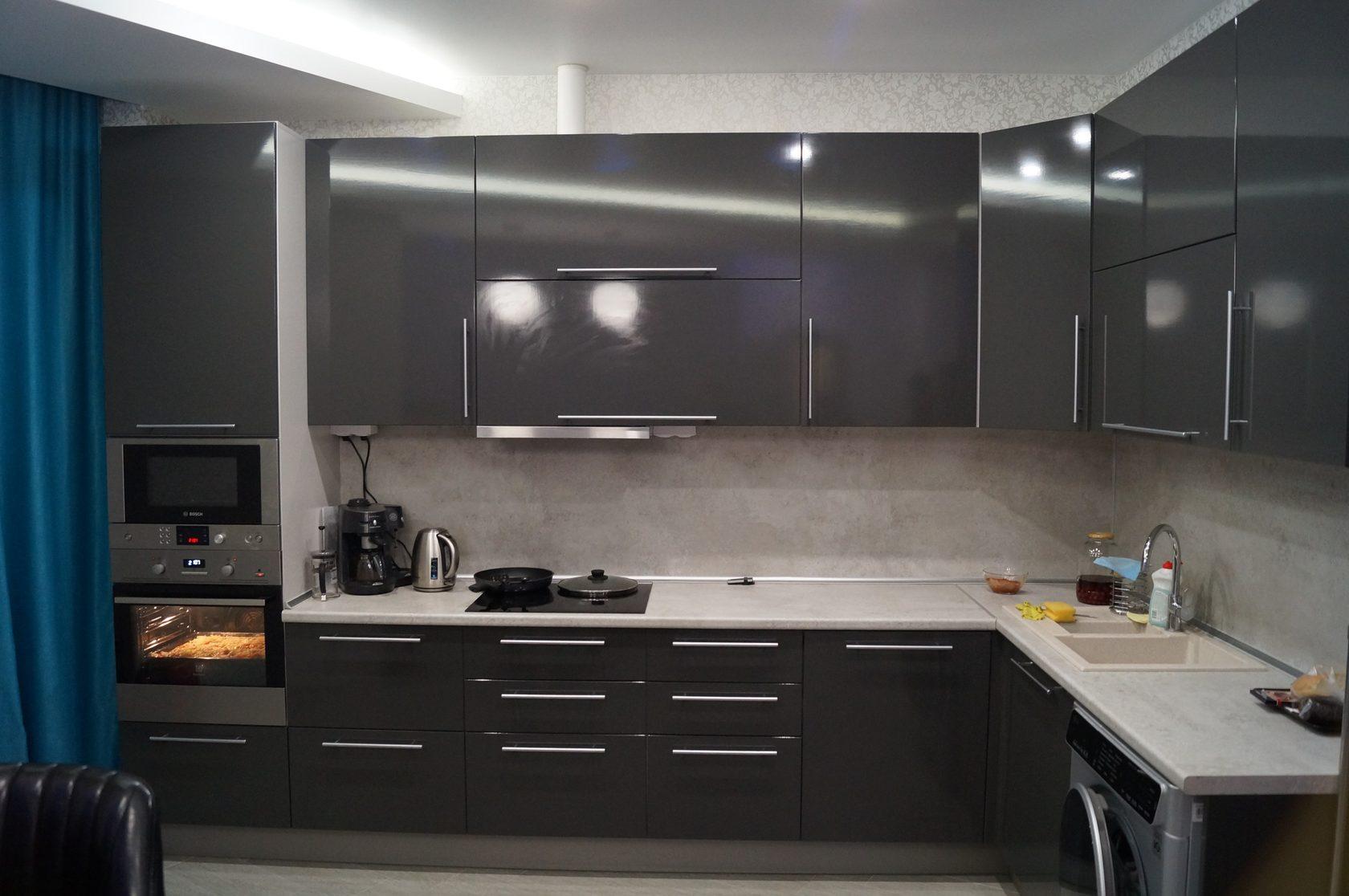 Кухни пластик с серебряными фасадами фото