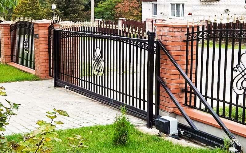 Откатные ворота низкие кованые с позолоченными элементами