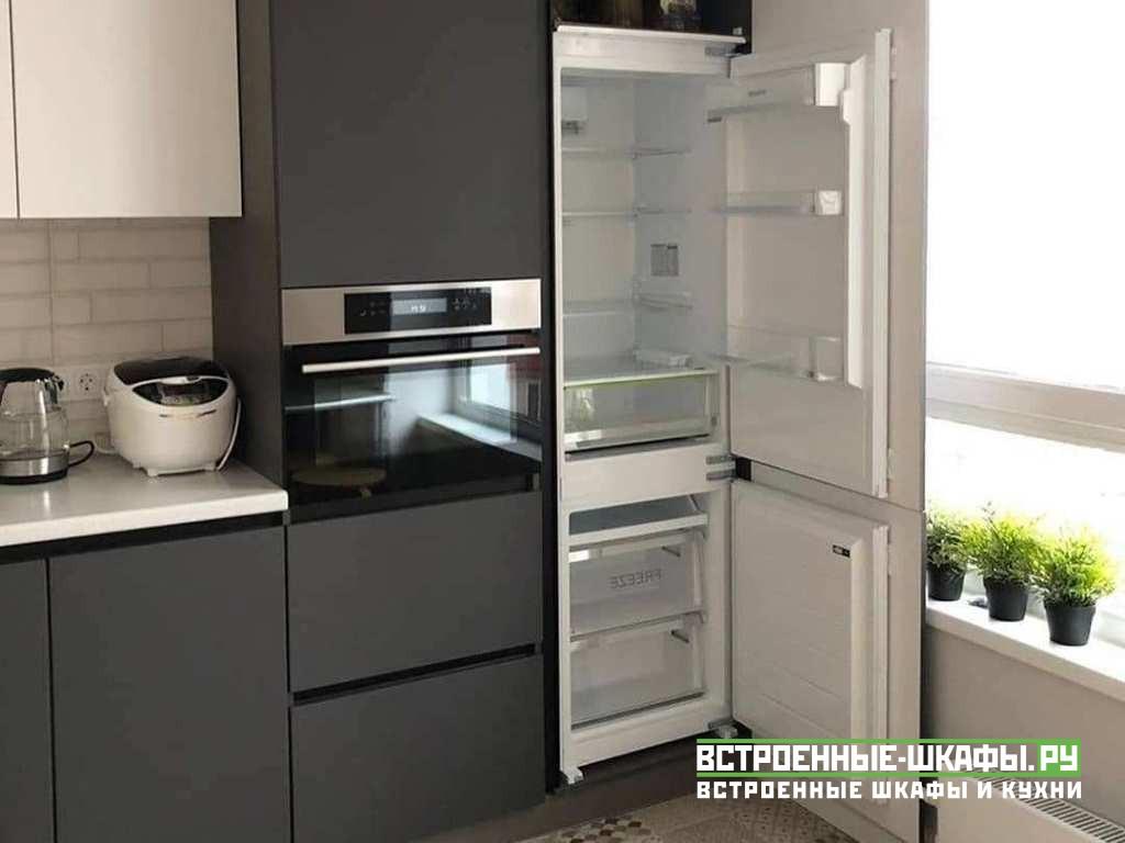 Угловая кухня на заказ с колонной и встроенным холодильником