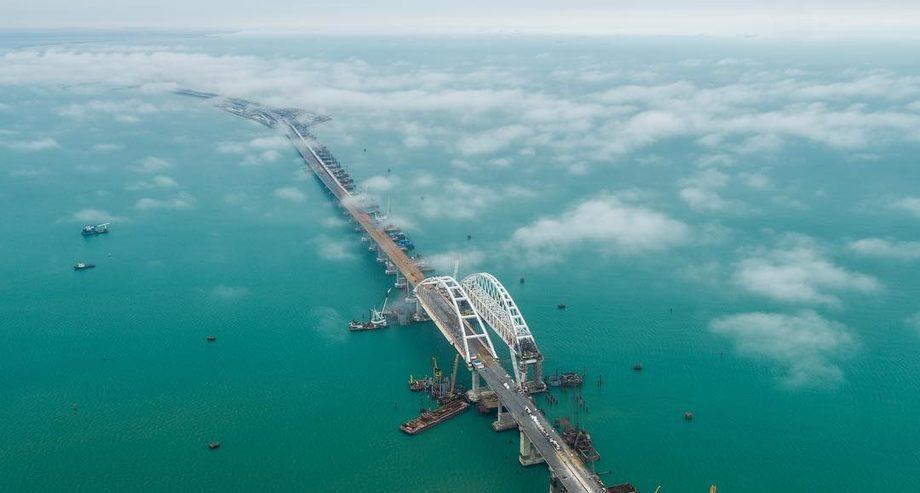 На первых порах Крымский мост будет закрыт для грузового автотранспорта (фото: Most.life)