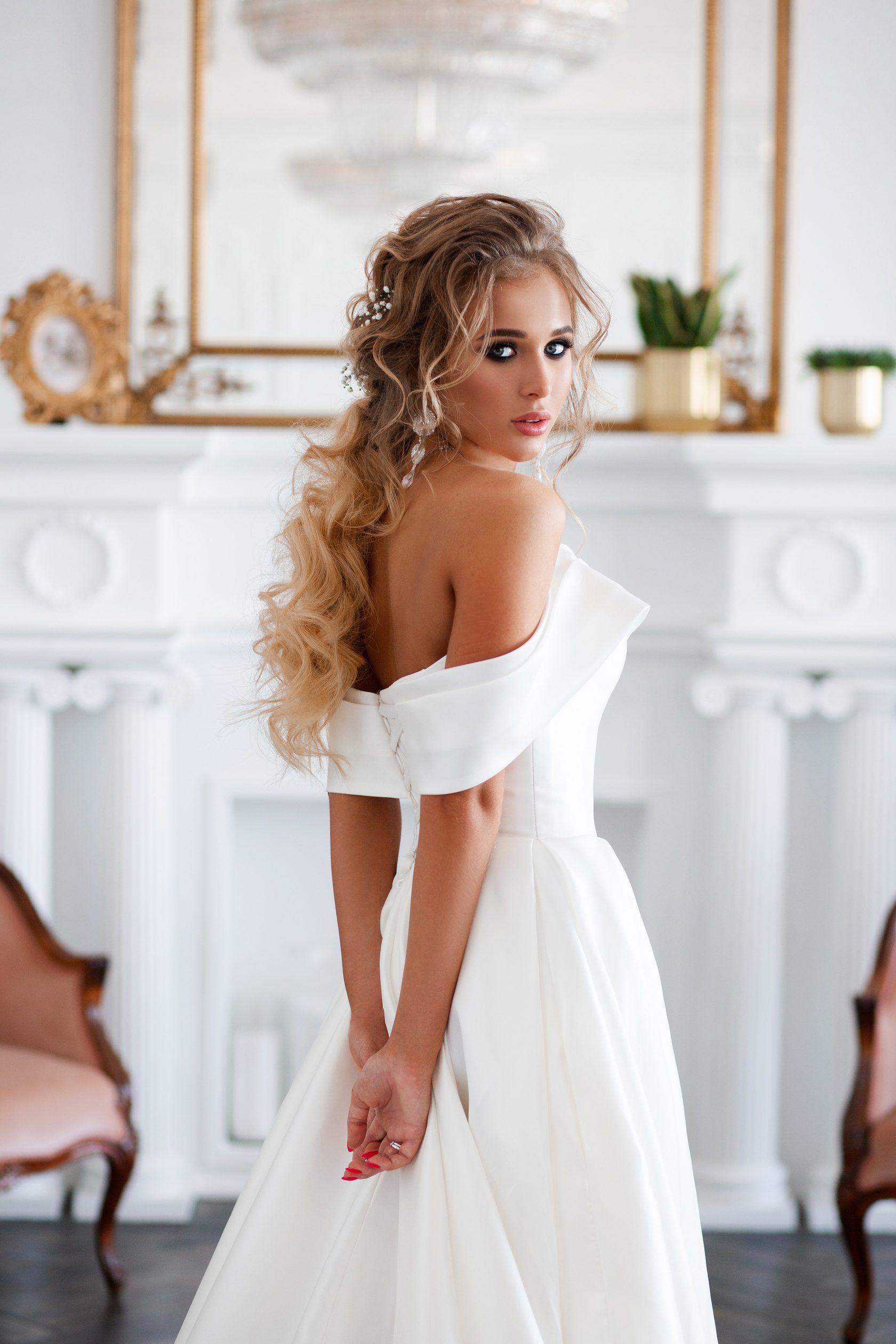f80b7603faa880c Образ лучше доверять одному стилисту целиком и выполнять репетицию и  прически, и макияжа. ⠀ Представьте, Вы одели праздничное платье и забыли  причесаться.