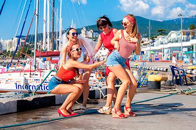 девичник на набережной Ялты, фотосессия для компании в Крыму, 4 девушки в красном