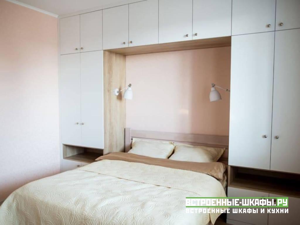 П-образный шкаф в спальне вокруг кровати