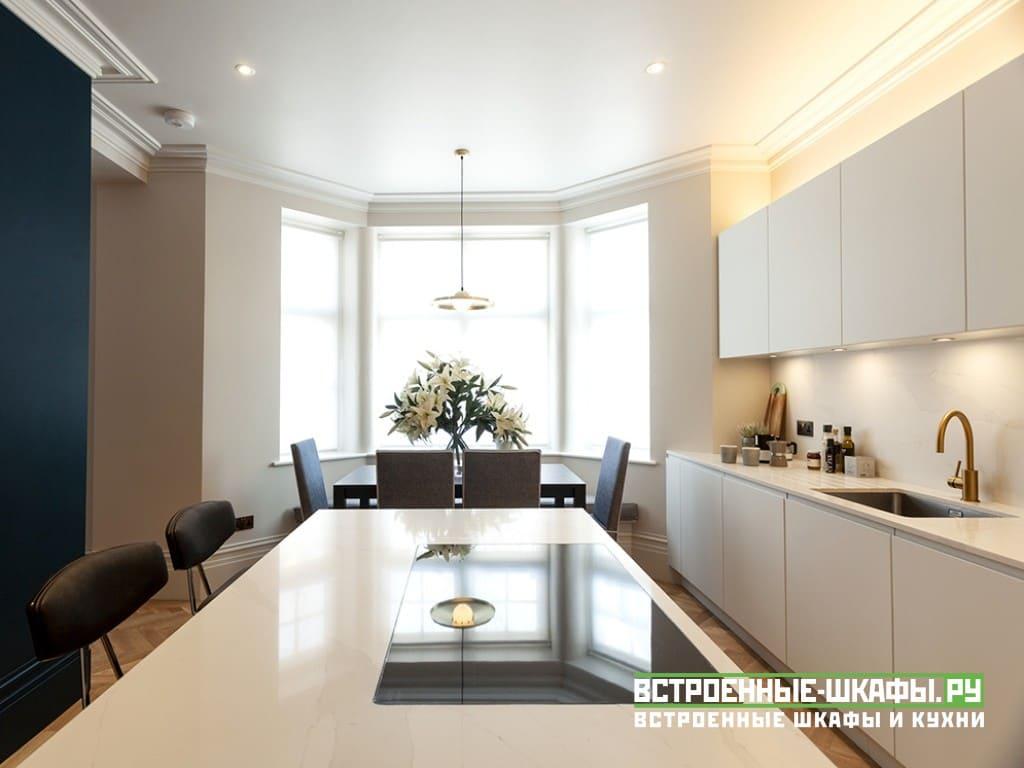 Кухня МДФ эмаль с колонной и встроенным холодильником