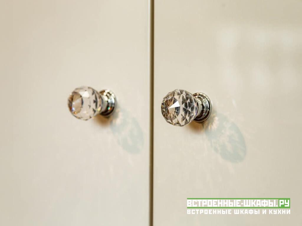 Встроенный шкаф гармошка со складными дверями