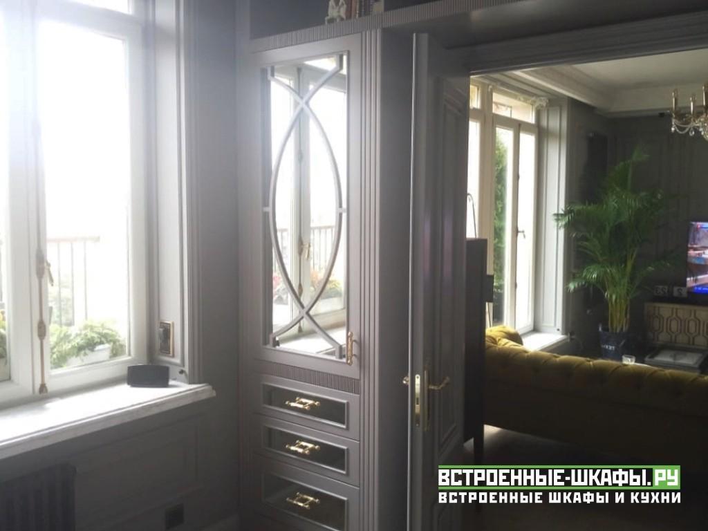 Встроенный шкаф вокруг дверного проема в гостиной с антресолью