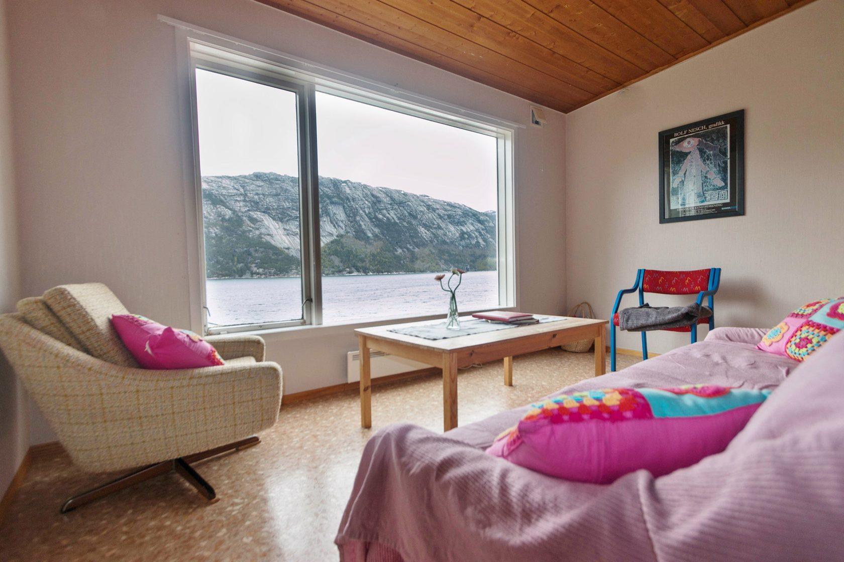 В нашем туре мы живем не в палатках или кемпингах, а в комфортных апартаментах с окнами в пол и захватывающим дух видом.