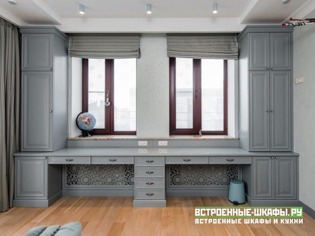 Шкаф вокруг окна со столами из массива дерева