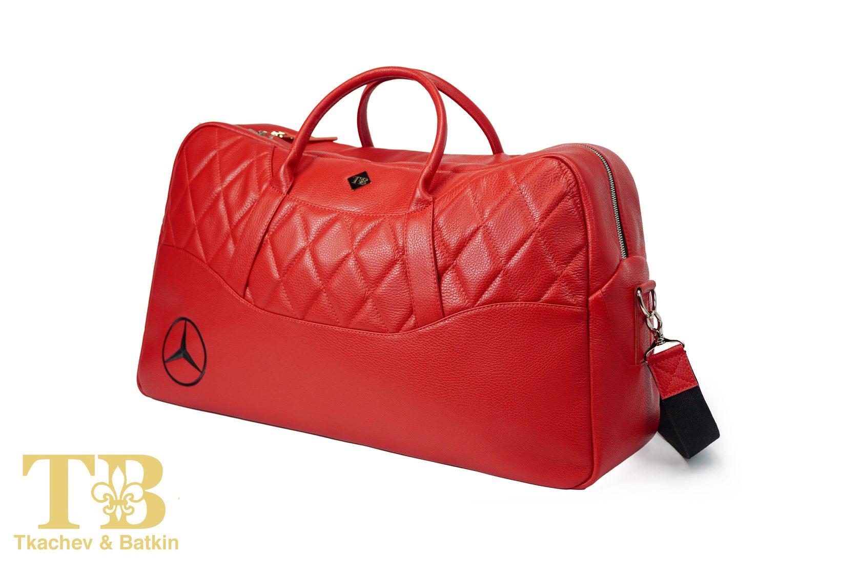 Красная спортивная сумка в авто фото