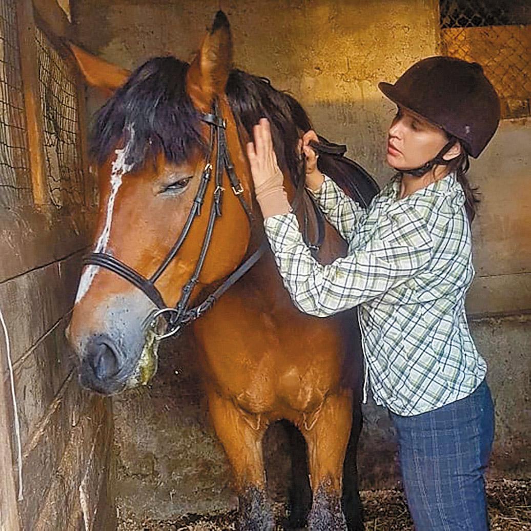 Ваша героиня в сериале «Ростов», чекистка Валерия Орлович, из тех, кто коня на скаку остановит, имущество из пожара вынесет. Вы на нее похожи?