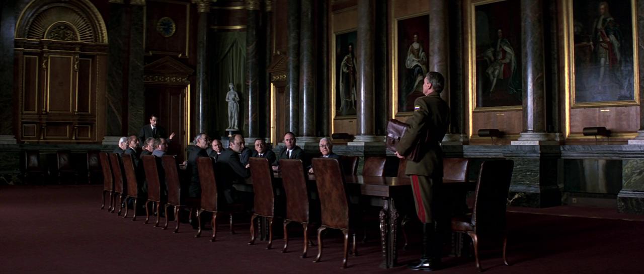 А вот зал для заседаний с длинным столом и колоннами, судя по всему, был снят уже не в Эрмитаже, а в кинопавильоне.