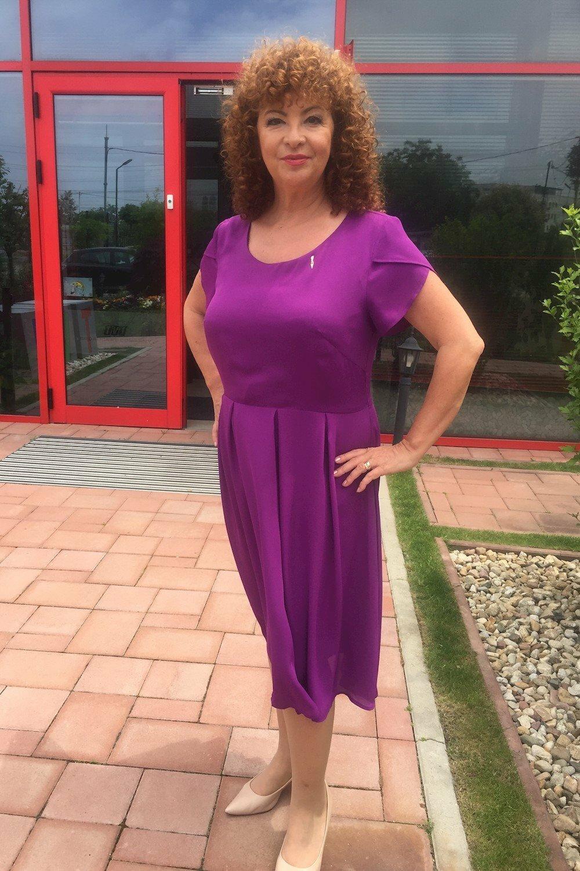 Олга Бузина от ТВ1 с лилава рокля от Ефреа.