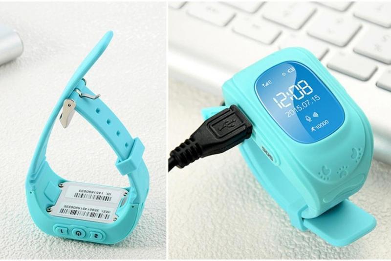 Заряжаются часы от розетки с помощью адаптера или от компьютера через разъем micro-usb — кабель входит в комплект поставки.