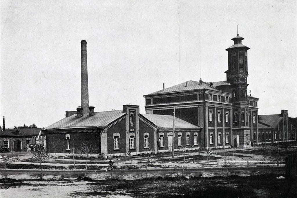 Сухарный завод близь берега реки Ельцовки. Фото 1903-1910 годов. Как фотограф правил Новониколаевском, хотел сделать его промышленным центром, занимался эвакуацией предприятий ещё в Первую мировую и был расстрелян в 1937 году.