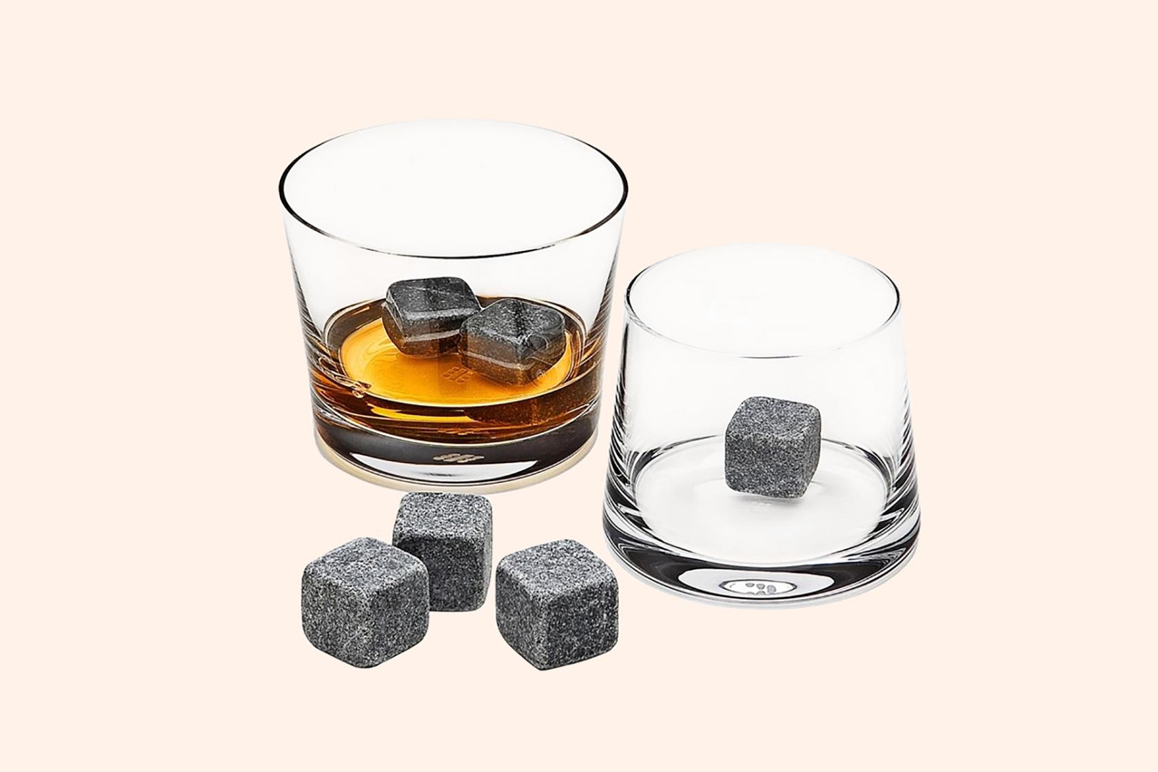 Камни для виски добавляют в стакан с плоским дном