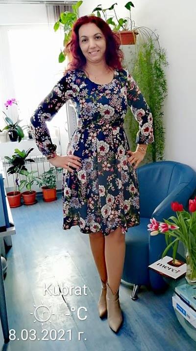 Снимка на клиентка на онлайн магазин Efrea с разкроена рокля на цветя.