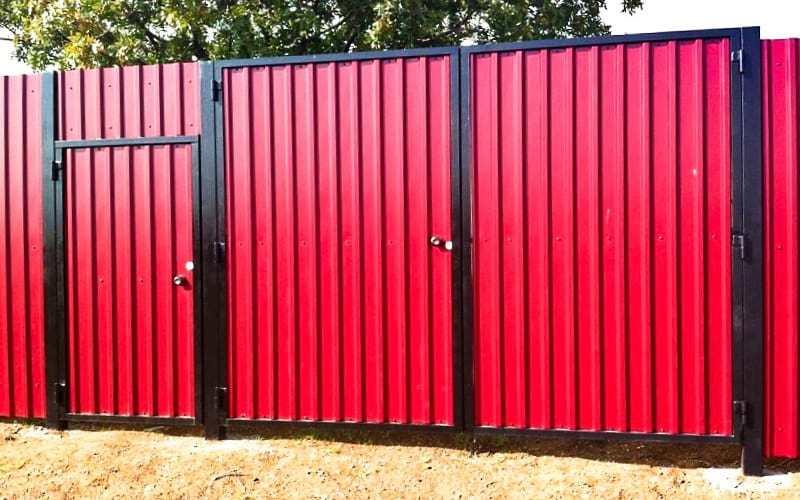 Распашные ворота из профнастила цвет красный