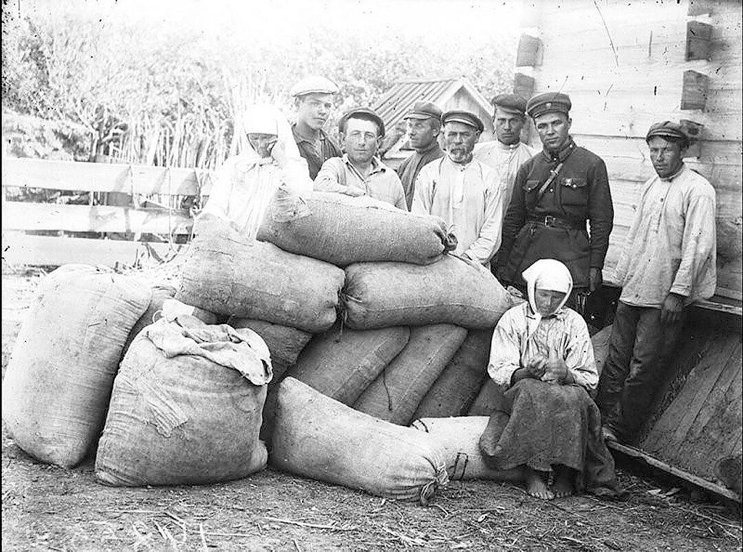 Раскулачивание крестьян, 1930-е годы. Изъятое зерно