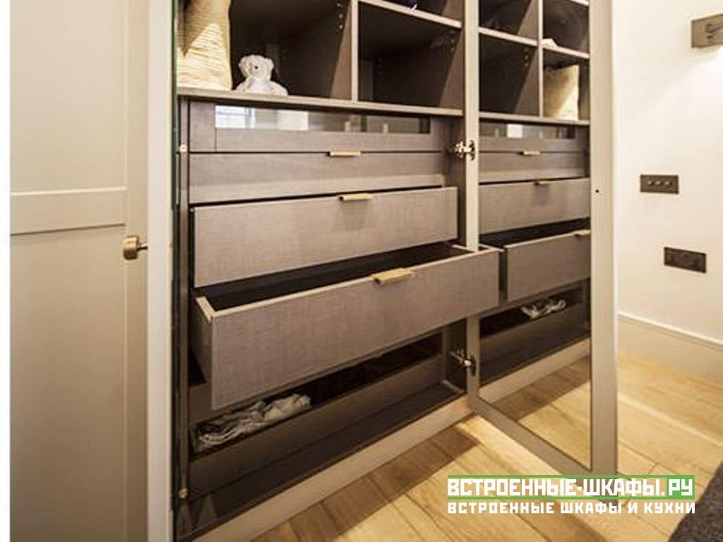 Встроенный шкаф классика из МДФ в спальную комнату