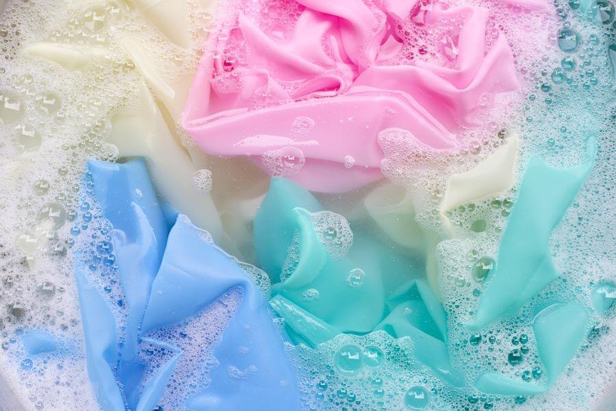 Ако се съмнявате, че някоя дреха може да се свие прекалено много най-добре е да я изперете на ръка с хладка или студена вода.