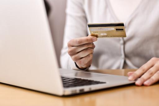 Получение денежных средств на банковскую карточку физического лица - есть ли налоговые последствия?