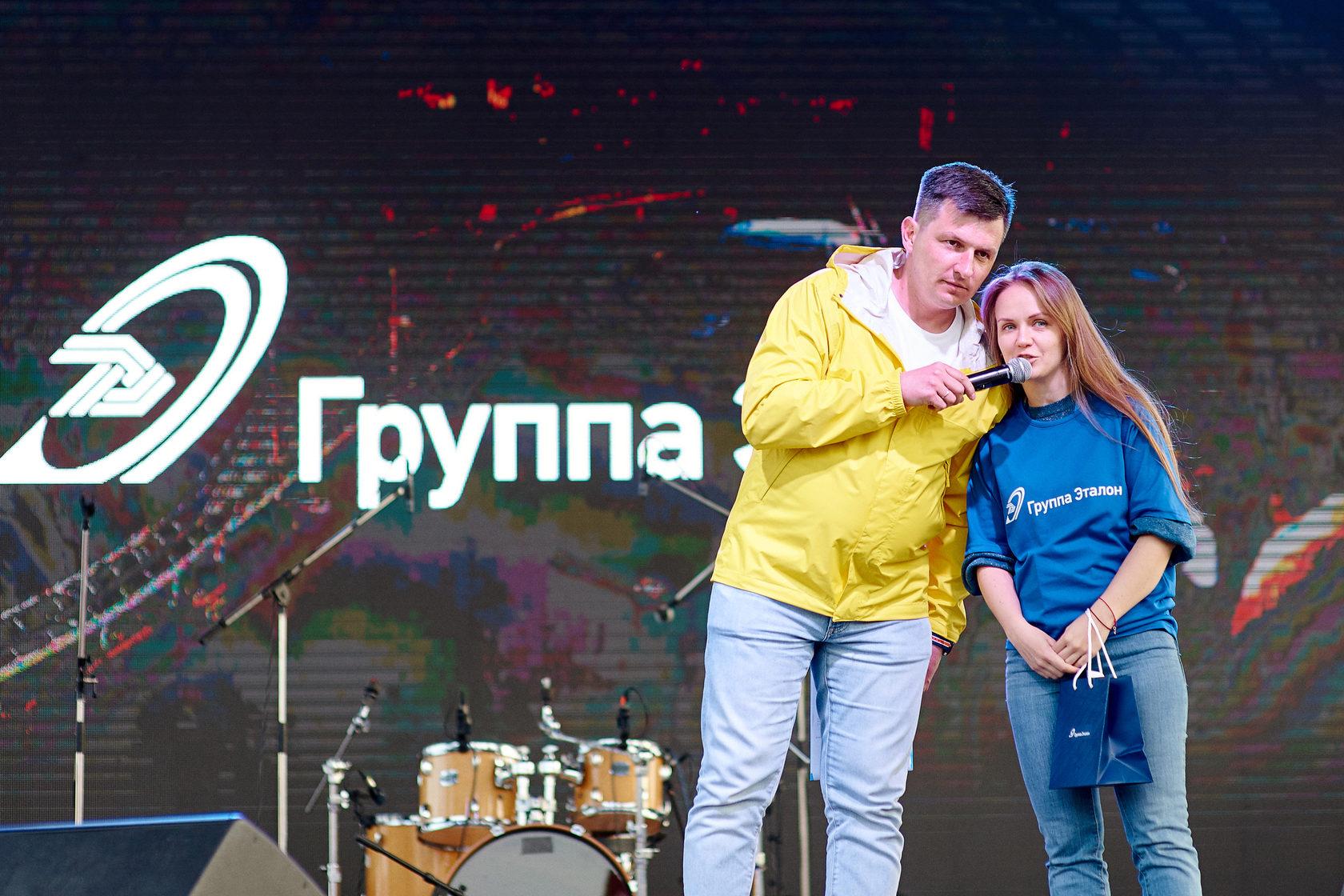 Призы полумарафонцам  вручает Ксения Савчук - директор департамента корпоративных коммуникаций и PR Группы «Эталон»