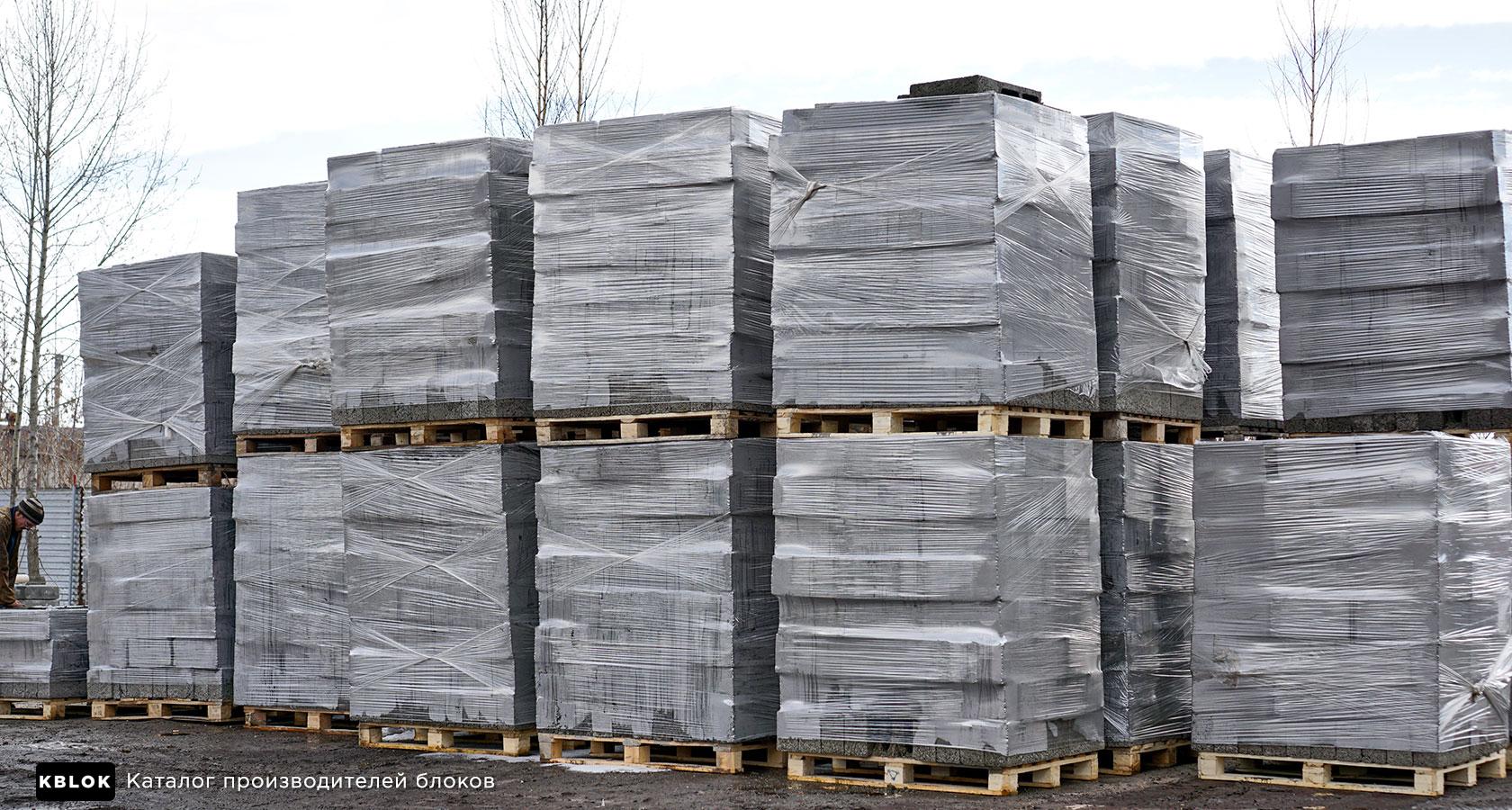 упакованные поддоны с блоками на складе