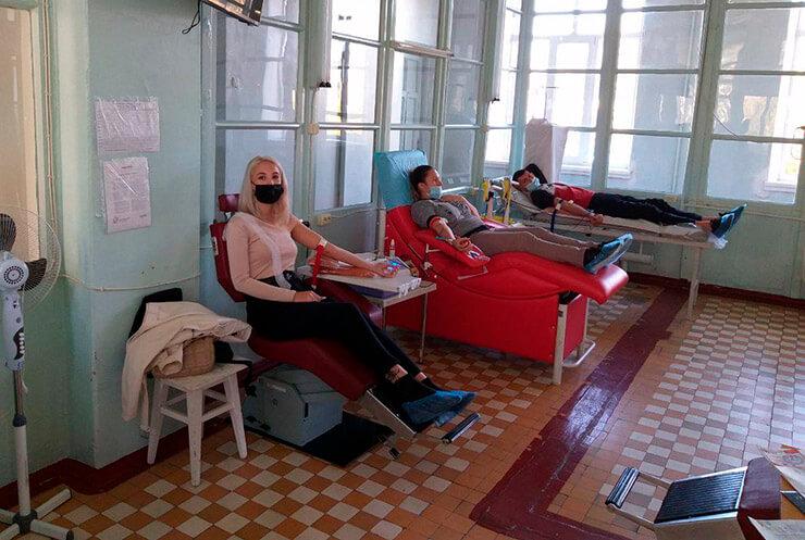 Шарийцы Херсона сдают кровь - фото