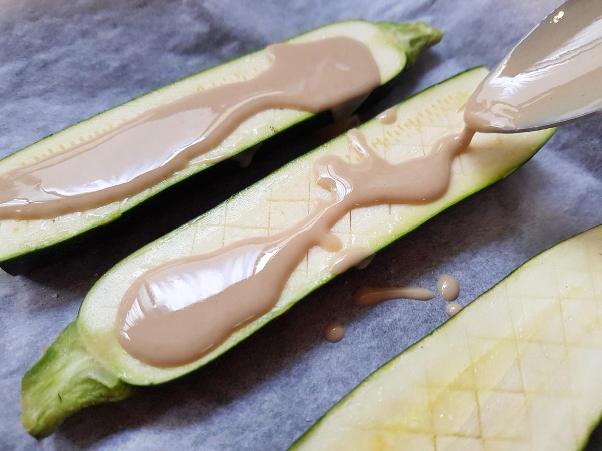 Цукини (кабачки) под слоем кунжутного соуса. Фото рецепт.