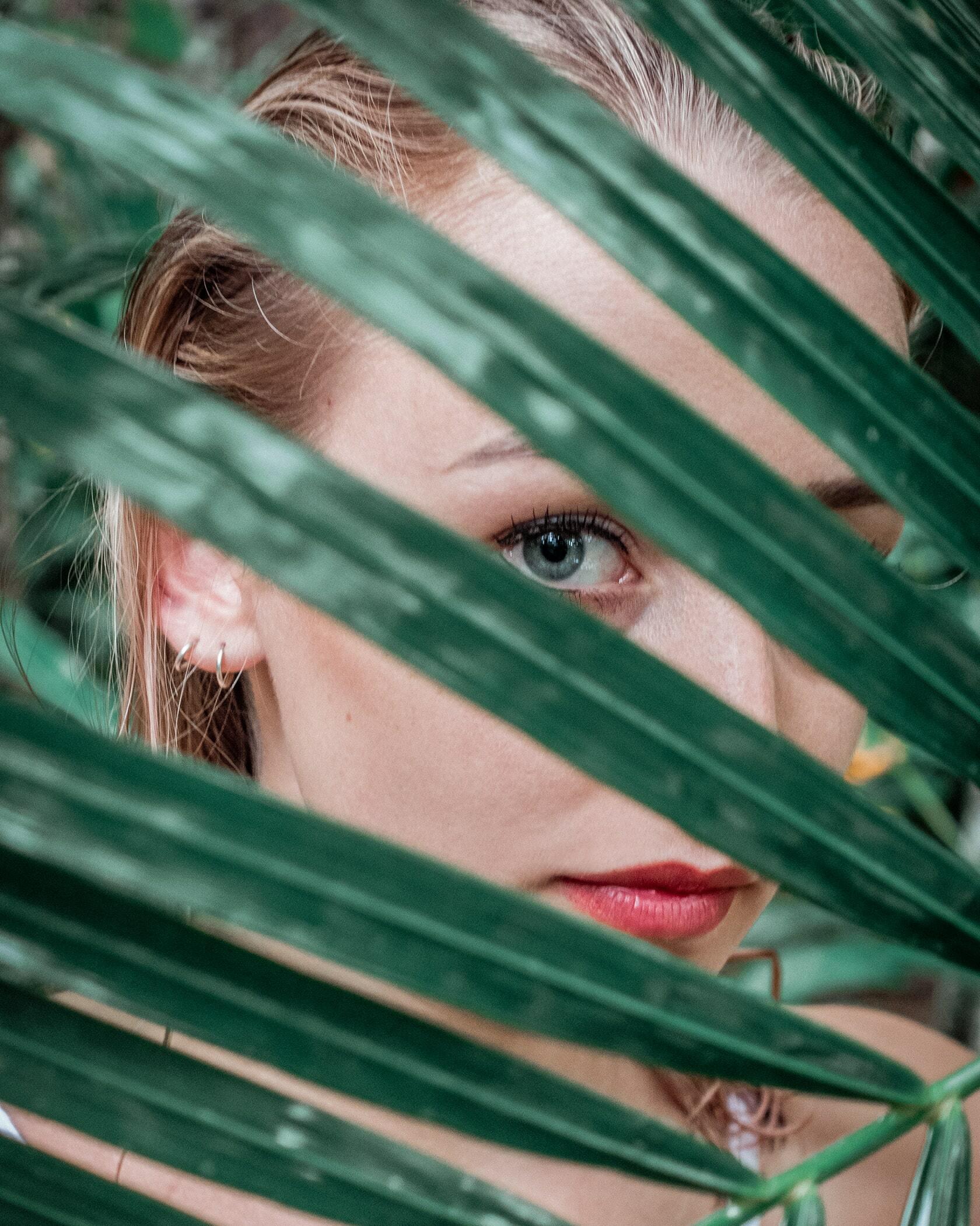 Foto van persoon met blad voor het gezicht uit fotografie collectie mensen van Simon Wijers