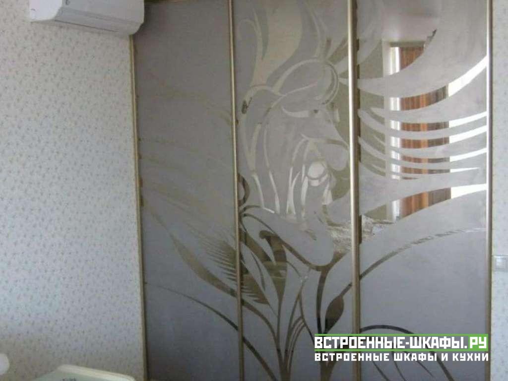 Встроенный гардеробный шкаф с пескоструйными зеркалами
