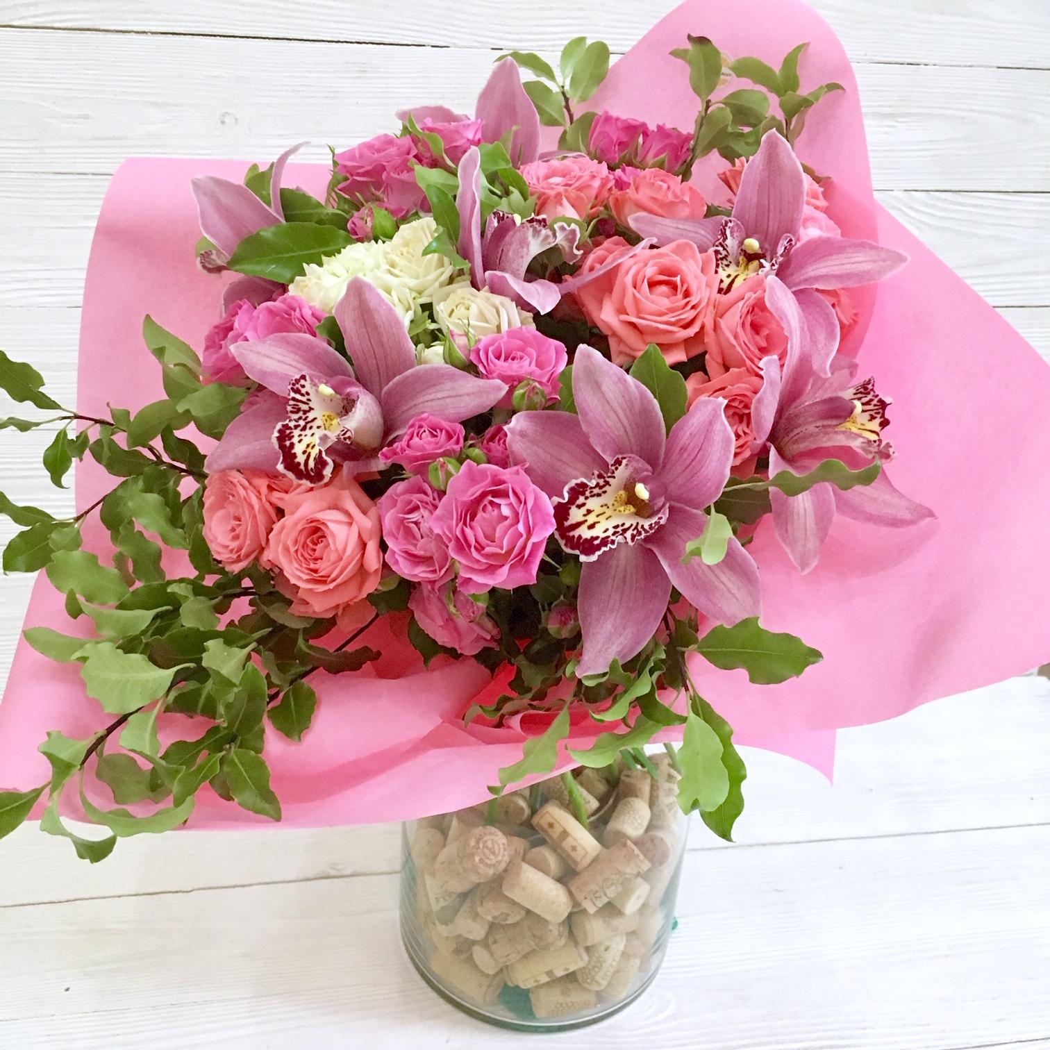 широкий орхидеи и красные розы букет фото снимке держит