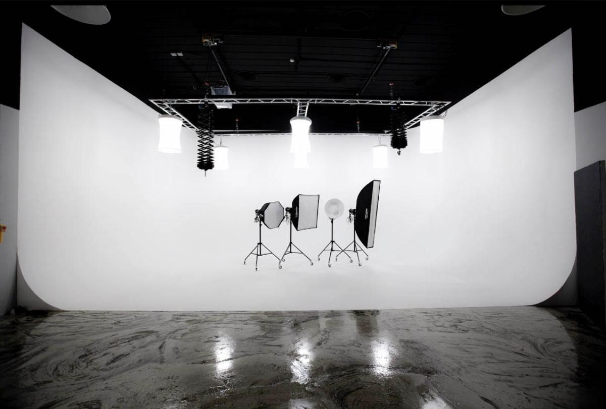 Огромная круговая циклорама в студии