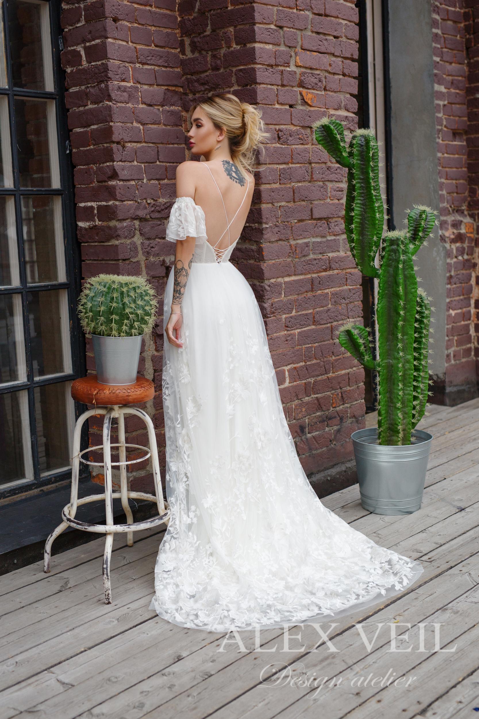 215fe15e323 ... Необычное свадебное платье с открытой спиной Николь от алекс веил  Дизайнерское свадебное платье с кружевной ...